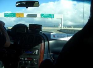 偏光サングラスを付けて車の運転